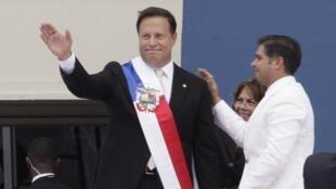 Le président élu du Panama Juan Carlos Varela (au centre) salue la foule lors de sa prise de fonction, le 1er juillet 2014.