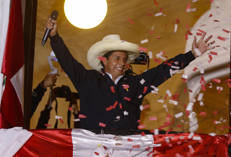 El candidato presidencial izquierdista peruano, Pedro Castillo, saluda a seguidores desde el balcón de la sede de su partido en Lima, el8 de junio de 2021