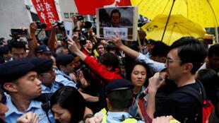 Hồng Kông : Cảnh sát ngăn chặn biểu tình phản đối chuyến viếng thăm của chủ tích Quốc Hội Trung Quốc Trương Đức Giang ( Zhang Dejiang), ngày 17/05/2016.