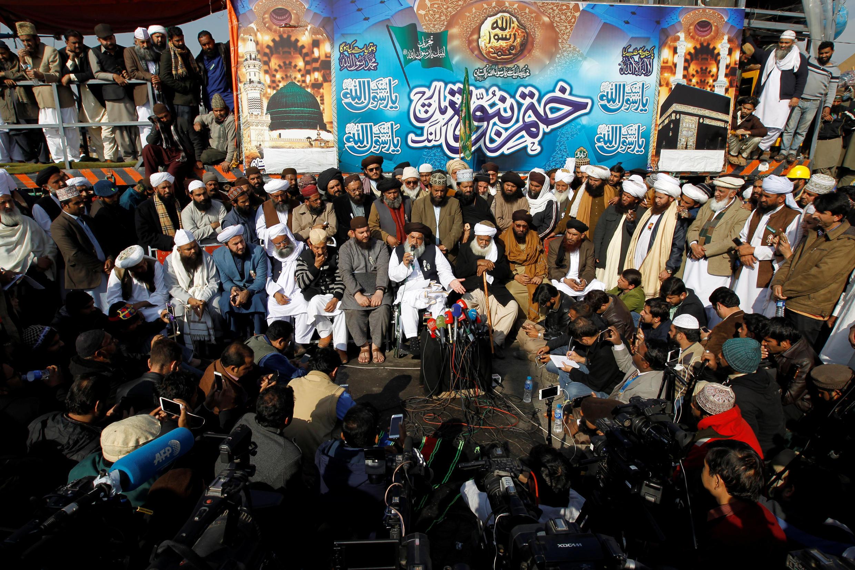 2017年11月27 伊斯蘭堡街頭尚未散去的抗議人群。當天,發起靜坐示威行動的伊斯蘭激進團體呼籲結束靜坐行動。