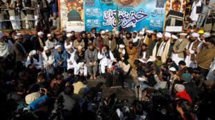 """خادم حسین رضوی، رهبر گروه """" لبیک یا رسول الله"""" گفت ارتش پاکستان عملی کردن درخواست های تحصن کنندگان را تضمین کرده است."""