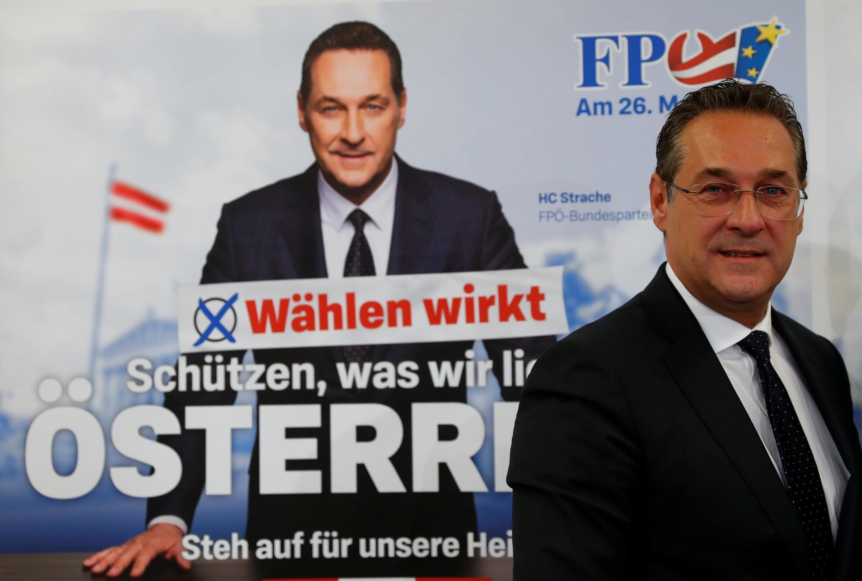 Бывший вице-канцлер Хайнц-КристианШтрахе на фоне предвыборного плаката