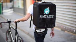 Pedidos de entrega pela Deliveroo têm um aumento de 20% a cada duas semanas na França.