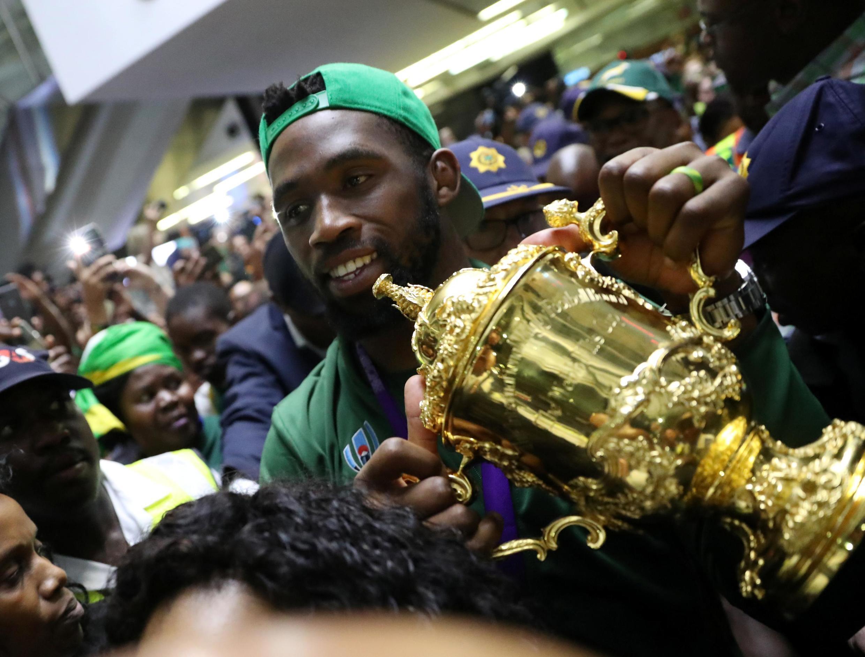 Le capitaine des «Boks» Siya Kolisi, le trophée William Webb Ellis dans les mains, a fendu la foule venue accueillir ses héros à l'aéroport international de Johannesburg, ce mardi 5 novembre 2019.