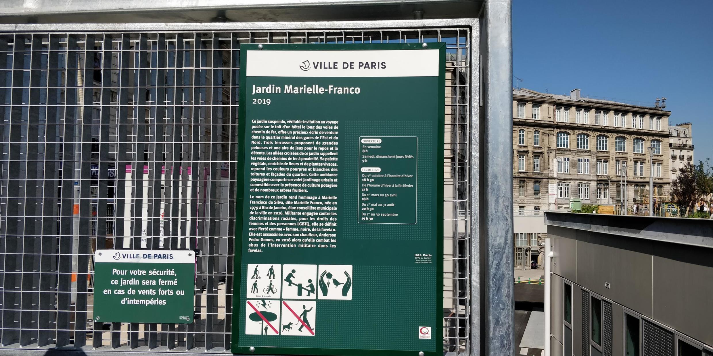 Placa do jardim Marielle Franco em Paris.