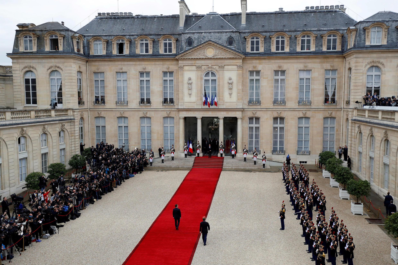 Франсуа Олланд и Эмманюэль Макрон перед Елисейским дворцом
