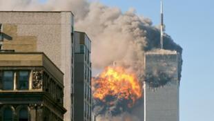 អគារភ្លោះ World Trade Center នៅទីក្រុងញូវយ៉ក នៅពេលដែលត្រូវភេរវជនបើកយន្តហោះបុក នៅព្រឹកថ្ងៃទី១១ កញ្ញា ២០០១