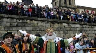 Os três reis magos são representados em desfiles na Espanha.