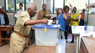 Um eleitor deposita o seu voto para as eleições autárquicas, em Maputo