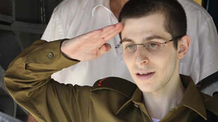 Gilad Shalit saúda o primeiro-ministro israelense Benjamin Netanyahu durante sua chegada a Tel Aviv.