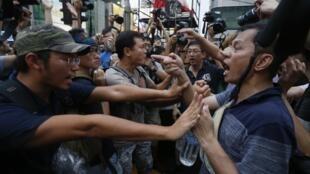Người biểu tình dân chủ ngăn cản những người phản đối tiến gần lều của họ trên một con đường chính của khu mua sắm Mongkok, Hồng Kông, 03/10/2014.