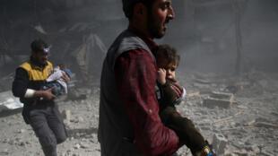 Mapigano katika ngome ya waasi Ghouta Mashariki jijini Damascus watoto wakiokolewa katika eneo la vita