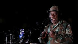 Le président sud-africain Cyril Ramaphosa s'adresse aux membres des Forces de défense sud-africaines (SANDF), avant leur déploiement en vue d'un confinement total de 21 jours pour tenter de contenir l'épidémie de coronavirus. Johannesbourg le 26/03/2020.