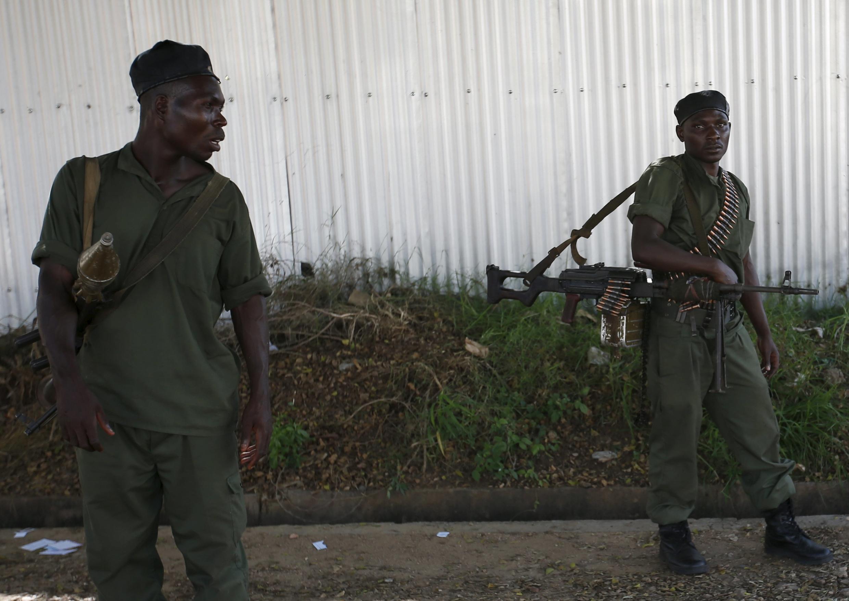 Soldats loyalistes patrouillant dans Bujumbura le 14 mai.
