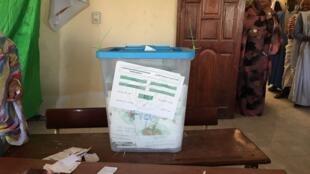 Dans un bureau de vote de Nouakchott, une urne pleine à l'occasion du scrutin présidentiel.