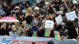 Manifestantes nas ruas de Rabat em Marrocos a 20 de Fevereiro de 2011.