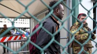 Un migrant quitte le centre pour migrants de Castelnuovo di Porto le 23 janvier 2019 suite à la décision de fermer le deuxième plus grand centre d'accueil pour migrants d'Italie.