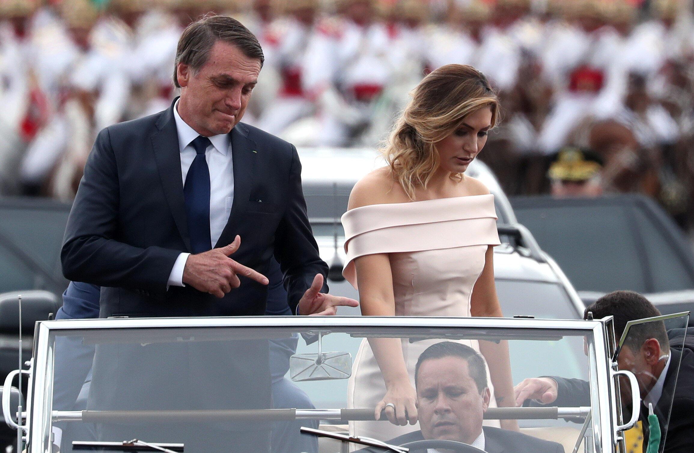 O presidente Jair Bolsonaro faz o gesto com os dedos, um dos símbolos da sua campanha eleitoral.