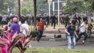 图为警方驱离广东茂名反PX项目的民众
