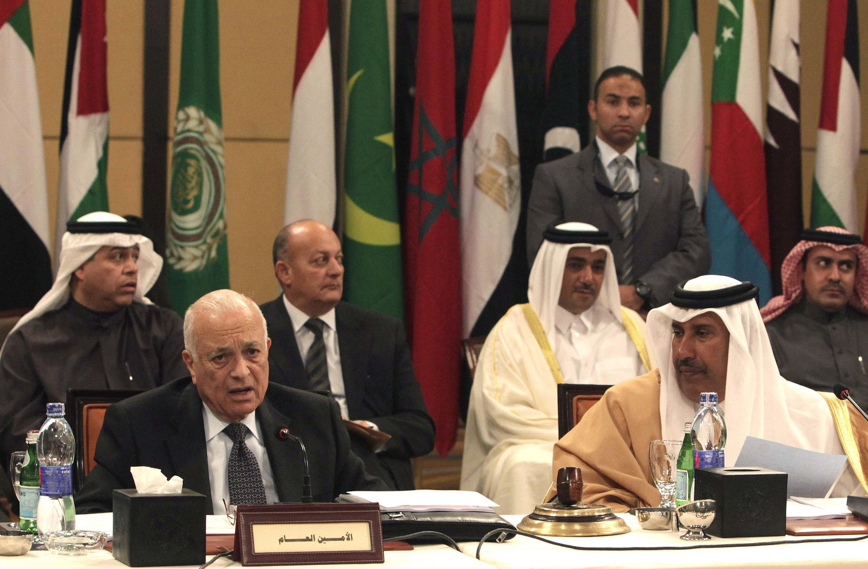 Генеральный секретарь Лиги арабских государств Набиль аль-Араби (слева) и министр иностранных дел Катара Хамад бин Джассим на совещании арабских руководителей, посвященной наблюдательной миссии ЛАГ в Сирии, 8 января 2012 года
