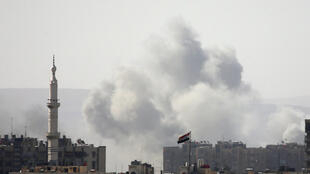 La fumée s'élève du camp palestinien de Yarmouk à Damas, en Syrie, le 20 avril 2018.