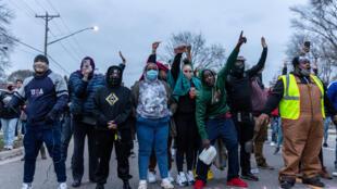 La gente se reúne después de que un oficial de policía disparó y mató a un hombre negro en el Brooklyn Center, Minneapolis, Minnesota el 11 de abril de 2021. Las protestas estallaron el 11 de abril de 2021 por la noche después de que la policía estadounidense le disparara fatalmente a un joven negro en un suburbio de Minneapolis, donde un ex oficial de policía está siendo juzgado actualmente por el asesinato de George Floyd. Cientos de personas se reunieron frente a la estación de policía en Brooklyn Center, al noroeste de Minneapolis. La policía disparó gases lacrimógenos y explosiones relámpago contra los manifestantes, según un videoperiodista de la AFP en el lugar.
