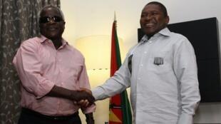 Presidente Filipe Nyusi e presidente da Renamo Afonso Dhlakama em Fevreiro de 2015