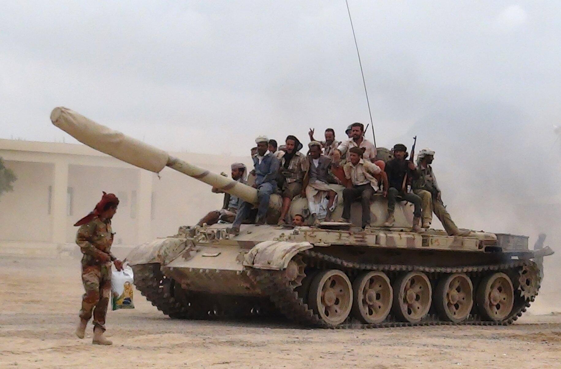 Militantes leais ao presidente iemenita, Abd Rabbo Mansour Hadi, lutam combatem os houthis na província de Lahej, no sudeste do país.