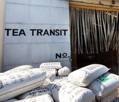 Des sacs de thé empilés devant l'entrepôt du port de Mbaraki à Mombasa, au Kenya.