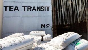 Des sacs de thé sont empilés devant l'entrepôt du port de Mbaraki à Mombasa, au Kenya. Photo : avril 2013.