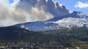Fumaça branca aponta para evolução da atividade vulcânica do Copahue