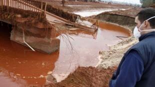 Thác bùn đỏ đã tràn đến nhánh sông  Mosoni - Danube, ngày 07/10/2010.
