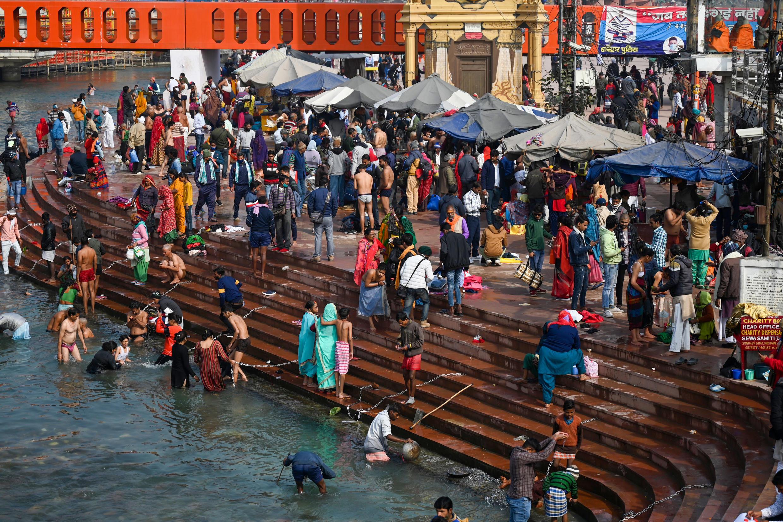 法广存档图片:印度教信徒庆祝大壶节-圣水沐浴节。 Image d'archive RFI : Hindu devotees gather at a ghat of the River Ganges ahead of the religious Kumbh Mela festival