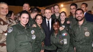 """法国总统马克龙在圣诞节前夕出访乍得,和当地驻军士兵共进""""圣诞晚宴""""   2018年12月22日"""