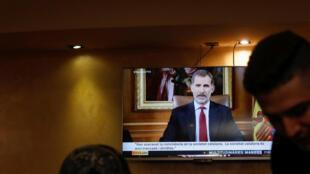 A Barcelone, dans un bar, des consommateurs réagissent au discours du roi d'Espagne.
