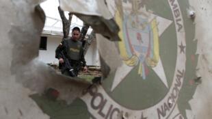 Un policier colombien surveille une zone attaquée par les guérillleros des Farc, à Piendamo, le 6 novembre 2011.