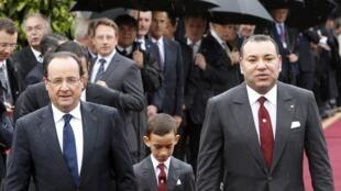 ប្រធានាធិបតីបារាំង François Hollande (ឆ្វេង), ព្រះមហាក្សត្រម៉ារ៉ុក Mohamed VI (ស្តាំ)និងព្រះអង្គម្ចាស់ Moulay Hassan នៅក្រុងកាសាប្លាំងកា កាលពីឆ្នាំ២០១៣។