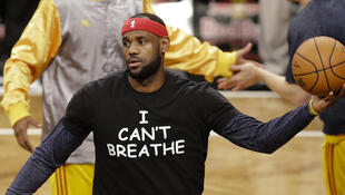 "LeBron James à l'échauffement, vêtu d'un t-shirt ""I Can't Breathe"", le 8 décembre 2014."