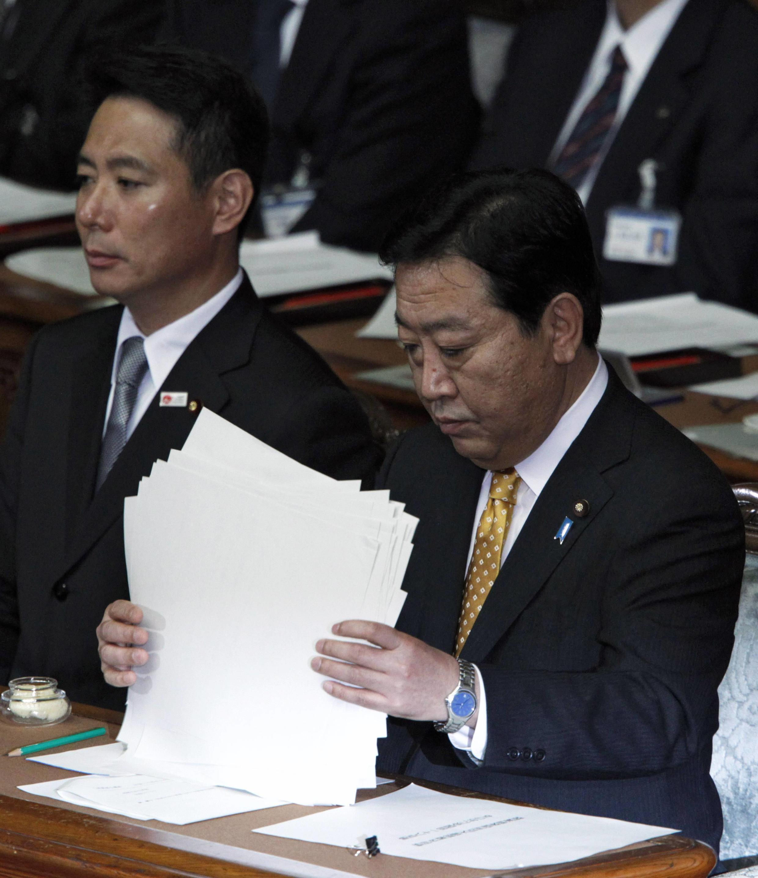 Le Premier ministre Yoshihiko Noda, flanqué de son ministre de l'Economie, Seiji Maehara, le 29 octobre à Tokyo.