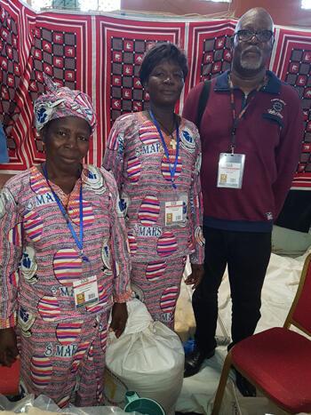 Au centre, Madame Konsibo Tankoano, artisane, membre de l'Union mixte Todiyaba des producteurs pour la valorisation des produits forestiers non ligneux de Tambaga et à droite, Sayouba Traoré.