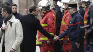 Imeditamente após o seuregresso de Buenos Aires, o Presidente Macron deslocou-se aos Champs-Elysées(Campos  Elísios) em Paris para inteirar-se  sobre os danos ocorridos durante as  manifestações dos coletes  amarelos no dia 1 de Dezembro. 02 12 2018