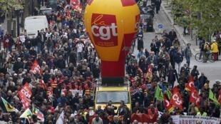 Công đoàn Pháp CGT tham gia biểu tình tại Paris phản đối dự luật lao động. Ảnh chụp 28/04/2016.