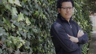 Sinar Alvarado vive y trabaja en Bogotá.