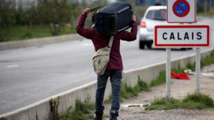 Migrantes continuam tentando atravessar clandestinamente o Canal da Mancha a partir do porto de Calais, no norte da França.