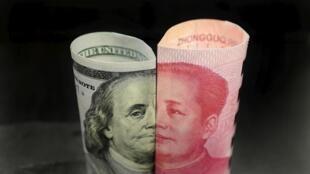 Ảnh Benjamin Franklin trên tờ 100 đô la Mỹ (T) và ảnh Mao Trạch Đông trên tờ 100 tệ Trung Quốc.
