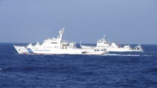 Tàu hải giám Trung Quốc di chuyển cạnh một tàu tuần duyên Nhật Bản.