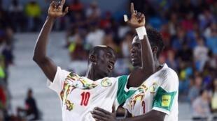 Les Sénégalais Mamour Diagne et Hamidou Barry lors du match Bahamas-Sénégal au Mondial de beach soccer 2017.