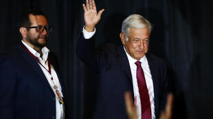 Andrés Manuel Lopez Obrador saluda a sus partidarios en la noche de su victoria, el 1 de julio de 2018 en México.