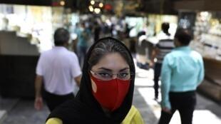 Une femme porte un masque de protection dans le Grand Bazar de Téhéran, le 22 juillet 2020.