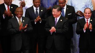 Uhuru Kenyatta (safu ya pili kushoto) na marais wenzake wa Kiafrika na rais wa China Xi Jinping kwenye mkutano wa kilele kati ya China na Afrika Septemba 3, 2018.